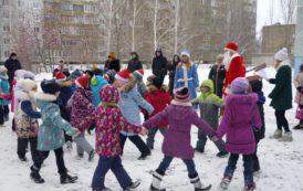 Во дворе гимназии 79 прошла игровая программа (7 января 2018)