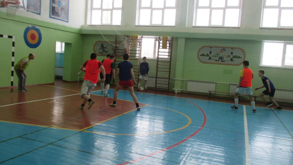 Начало игры осталось за старшеклассниками. Они забили 3 быстрых гола.